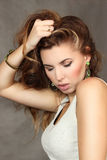 Ritratto di bella giovane donna su un fondo grigio Fotografia Stock