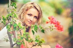 Ritratto di bella giovane donna sulla natura immagine stock