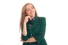 Ritratto di bella giovane donna in un rivestimento verde che cerca e ride Immagine Stock