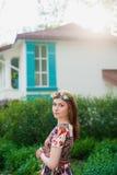 Ritratto di bella giovane donna in un vestito luminoso su una testa una corona dei fiori, stile di vita, gioventù Fotografia Stock