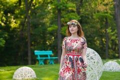 Ritratto di bella giovane donna in un vestito luminoso su una testa una corona dei fiori, stile di vita, gioventù Immagine Stock Libera da Diritti