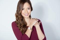 Ritratto di bella giovane giovane donna asiatica womanbeautiful asiatica che indossa un wat del polso fotografia stock libera da diritti