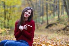 Ritratto di bella giovane ragazza castana che legge un libro in Fotografia Stock
