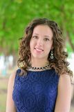 Ritratto di bella giovane ragazza castana in un vestito blu Immagine Stock Libera da Diritti