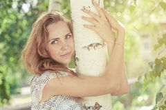 Ritratto di bella giovane ragazza felice all'aperto Fotografia Stock