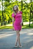 Ritratto di bella giovane ragazza sveglia sorridente in un vestito rosa da estate Immagine Stock