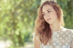 Ritratto di bella giovane ragazza triste all'aperto Immagine Stock