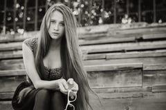Ritratto di bella giovane ragazza triste dei pantaloni a vita bassa all'aperto Immagine Stock Libera da Diritti