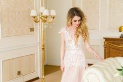 Ritratto di bella giovane sposa Una ragazza sta posando in una camera di albergo La signora sta filando in suo vestito da sposa Immagine Stock Libera da Diritti