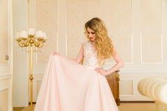 Ritratto di bella giovane sposa Una ragazza sta posando in una camera di albergo La signora sta filando in suo vestito da sposa Fotografie Stock Libere da Diritti