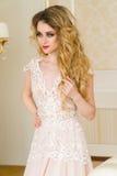 Ritratto di bella giovane sposa Una ragazza sta posando in una camera di albergo La signora sta filando in suo vestito da sposa Immagini Stock Libere da Diritti