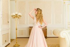Ritratto di bella giovane sposa Una ragazza sta posando in una camera di albergo La signora sta filando in suo vestito da sposa Fotografia Stock Libera da Diritti