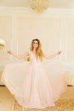 Ritratto di bella giovane sposa Una ragazza sta posando in una camera di albergo La signora sta filando in suo vestito da sposa Fotografia Stock