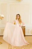 Ritratto di bella giovane sposa Una ragazza sta posando in una camera di albergo La signora sta filando in suo vestito da sposa Fotografie Stock