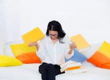 ritratto di bella giovane studentessa con non volere il libro di lettura Immagine Stock