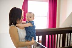 Ritratto di bella madre con il suo bambino di 10 mesi fotografie stock