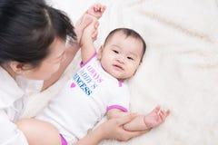 Ritratto di bella mamma che gioca con i suoi 6 mesi del bambino Fotografia Stock Libera da Diritti