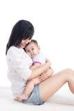 Ritratto di bella mamma che gioca con i suoi 6 mesi del bambino Immagini Stock Libere da Diritti