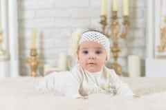 Ritratto di bella posa adorabile sveglia della bambina Immagini Stock