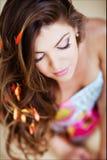 Ritratto di bella ragazza affascinante con capelli lunghi eleganti e w Fotografia Stock Libera da Diritti