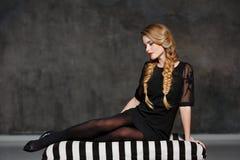 Ritratto di bella ragazza affascinante con le trecce e luminoso Immagine Stock Libera da Diritti