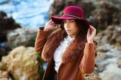 Ritratto di bella ragazza alla moda in un cappello all'aperto il giorno di molla soleggiato Immagine Stock