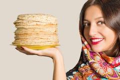 Ritratto di bella ragazza allegra con i pancake Immagine Stock Libera da Diritti