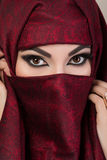 Ritratto di bella ragazza araba che nasconde il suo fronte Fotografia Stock Libera da Diritti