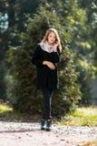 Ritratto di bella ragazza bionda in cappotto nero Immagini Stock Libere da Diritti