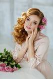 Ritratto di bella ragazza bionda con le rose rosa delicate sopra Fotografie Stock Libere da Diritti