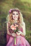 Ritratto di bella ragazza bionda in un vestito rosa Immagini Stock