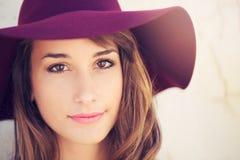 Ritratto di bella ragazza in cappello fotografie stock libere da diritti
