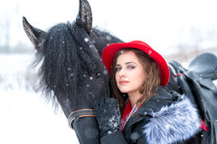 Ritratto di bella ragazza in cappello rosso alla moda, dopo Fotografie Stock Libere da Diritti