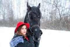 Ritratto di bella ragazza in cappello rosso alla moda, dopo Fotografia Stock