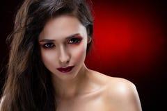 Ritratto di bella ragazza castana affascinante con shoul nudo fotografie stock libere da diritti