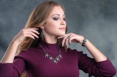 Ritratto di bella ragazza castana con gli accessori di lusso Sia immagini stock libere da diritti