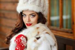 Ritratto di bella ragazza castana sexy con trucco luminoso sopra Fotografia Stock