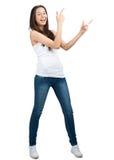 Ritratto di bella ragazza casuale che indica in su Immagine Stock