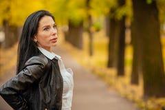 Ritratto di bella ragazza che cammina in autunno in un PA fotografia stock libera da diritti