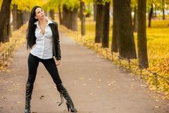 Ritratto di bella ragazza che cammina in autunno in un PA fotografia stock