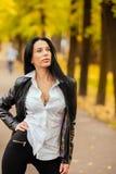 Ritratto di bella ragazza che cammina in autunno in un PA fotografie stock libere da diritti
