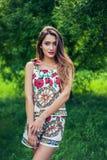 Ritratto di bella ragazza che indossa attrezzatura d'avanguardia Modo di estate Immagini Stock