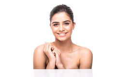 Ritratto di bella ragazza che segna il suo fronte grazioso con il fondo sano di bianco della pelle immagini stock