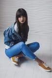 Ritratto di bella ragazza che si veste di modo di stile 90s Immagini Stock