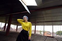 Ritratto di bella ragazza con capelli blu e le labbra rosse in un maglione giallo al cantiere fotografia stock