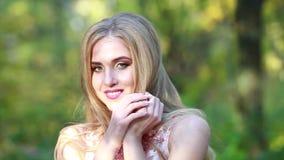 Ritratto di bella ragazza con capelli lunghi sulla natura felice video d archivio