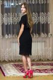 Ritratto di bella ragazza con capelli lunghi in vestito nero a fotografia stock libera da diritti