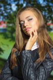 Ritratto di bella ragazza con gli occhi azzurri, labbra piene, bello trucco sulla via un giorno soleggiato Immagine Stock Libera da Diritti