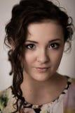 Ritratto di bella ragazza con gli occhi marroni Fotografia Stock