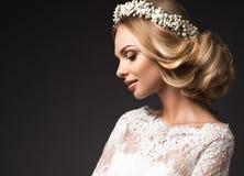 Ritratto di bella ragazza con i fiori sui suoi capelli Fronte di bellezza Immagine di nozze nel boho di stile Immagini Stock Libere da Diritti